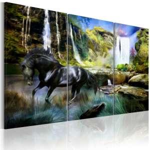 Obraz  Koń na tle błękitnego wodospadu